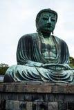 Den stora Buddha (Daibutsu) på jordningen av den Kotokuin templet i Kamakura, Japan Royaltyfria Bilder
