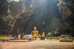Den stora Buddha för ceremoni är den stora grottan av Thailand Royaltyfria Bilder