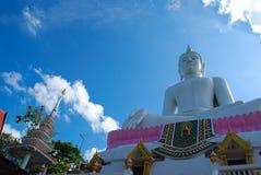 Den stora Buddha med blå himmel Fotografering för Bildbyråer