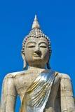 Den stora Buddha statyn och blåttskyen Arkivfoton