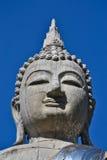 Den stora Buddha statyn och blåttskyen av Thailand Arkivbild