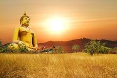 Den stora Buddhaen i det thailand tempelet Arkivbild