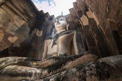 Den stora buddistiska statyn, Phra Ajana, på Wat Si Chum, Sukhothai arkivfoton