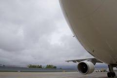 Den stora buken av lastnivån ordnar till för start från landningsbana Arkivfoto