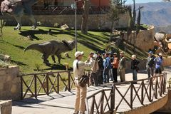 Den stora dinosaurien parkerar, var spår av dessa forntida reptilar Arkivfoton