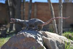 Den stora dinosaurien parkerar, var spår av dessa forntida reptilar Royaltyfria Bilder