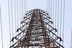Den stora elektricitetspolen där är ett antal överföringslinjer Arkivfoton