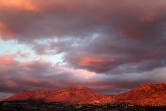 Den stora enorma solnedgången fördunklar över de röda bergen i Tucson Arizona Royaltyfri Bild