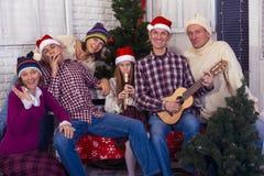 Den stora familjen med vänner firar jul tillsammans Royaltyfri Foto
