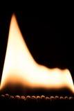 Den stora flamman av brand, matchsticks bränner på framdel av svart Royaltyfri Fotografi
