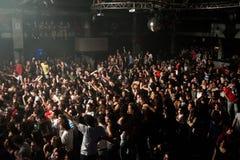 Den stora folkmassan av spanjor fläktar att vänta på en konsert på Razzmatazz Arkivbild
