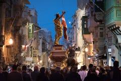 Den stora folkmassan på den katolska påsken ståtar i Valletta, Malta Arkivbilder