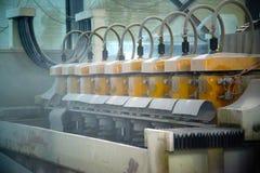Den stora gamla maskinen i shoppar Damm i luften Rad av cylindrar på ramen royaltyfria foton