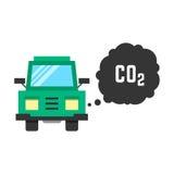 Den stora gröna lastbilen sänder ut koldioxid Royaltyfri Bild
