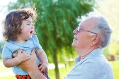 Den stora granddaden och behandla som ett barn Arkivbild