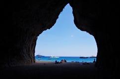 Den stora grottan på den Cala Luna fjärden Arkivbilder