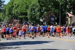 Den stora gruppen av löpare, vuxna människor och barn, Juli 4th ståtar, i stadens centrum Saratoga, NY, 2016 Arkivbild