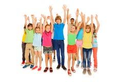 Den stora gruppen av ungar stiger den fulla höjdforsen för händer Arkivfoton