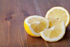 Den stora gula citronen ligger på en blå platta på en gul bakgrund Royaltyfri Fotografi