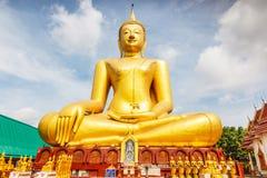 Den stora guld- Buddha på Wat Sopharam, Sukhothai Arkivbilder