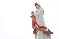 Den stora härliga gudinnan av förskoning (guan yin) på den vita backgroen Royaltyfria Foton