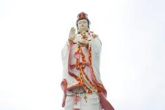 Den stora härliga gudinnan av förskoning (guan yin) på den vita backgroen Arkivfoton