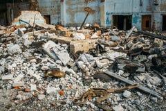 Den stora högen av betong rackar ner på, skräp av en förstörd byggnad efter katastrof, orkanen eller kriget, fördärvat hus royaltyfri fotografi