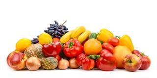 Den stora högen bär frukt, grönsaker, bär som isoleras på vit Royaltyfri Bild