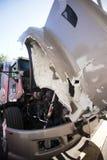 Den stora halva lastbilen med den öppna huven kraschade i en olycka Royaltyfria Bilder