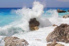 Den stora havsvågen som bryter på kusten, vaggar Royaltyfria Foton