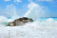 Den stora havsvågen som bryter på kusten, vaggar Arkivbild