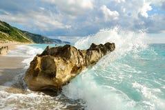 Den stora havsvågen som bryter på stranden, vaggar Royaltyfria Foton