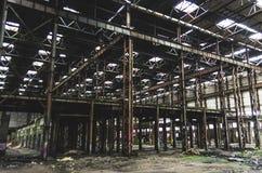 Den stora industriella korridoren övergav lagret, fabrik med en grupp av avskräde royaltyfri fotografi