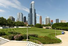 Den stora Ivy Lawn på det The Field museet parkerar och Chicago skyscrap arkivbild