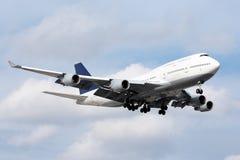 Stort passagerareflygplan att närma sig på för att landa Fotografering för Bildbyråer