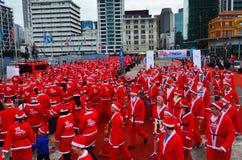 Den stora KidsCanen Santa Run Auckland Central Arkivbild