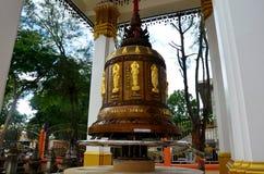 Den stora klockan för att be för folk och ritualen roterar och rotera den stora klockan Royaltyfri Foto