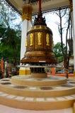 Den stora klockan för att be för folk och ritualen roterar och rotera den stora klockan Royaltyfri Fotografi