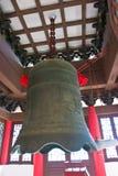 Den stora kopparmetallklockan belo för gammal kinesisk stil Arkivbild