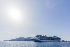 Den stora kryssningeyeliner går från port Fotografering för Bildbyråer
