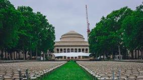 Den stora kupolen och Killian Court av Massachusetts Institute of Technology med stolar ställde in i förberedelsen för avläggande arkivfoton