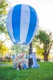 Den stora leksakballongen i stad parkerar Godis-tabell exempel Födelsedag - en som är årig med diagramet nummer ett Moder och hen Arkivfoton