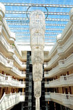 Den stora ljuskronan på lobbyen i lyxigt hotell Fotografering för Bildbyråer