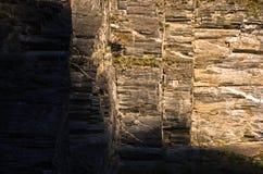 Den stora lodlinjen och geometrisk granit vaggar, delvis i en skugga Royaltyfria Bilder