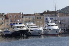 Den stora lyxiga yachten ankrade i porten av St Tropez, söder av Frankrike Royaltyfri Fotografi