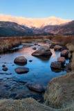 Den stora medeltalen för Thompson River Flows Through Rocky bergmedborgare Fotografering för Bildbyråer