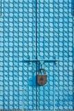 Den stora metallporten av blått färgar med modeller arkivfoton