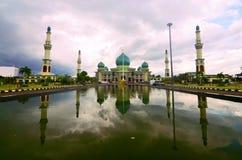 Den stora moskén av Riau, Pekanbaru, Sumatra royaltyfria bilder