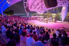 den stora natten för flickor för pojkekonsertfolkmassan ser för att sitta etappen till royaltyfria foton