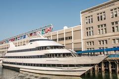 Den stora neutrala yachten förtöjde på området för sidan för strand för stads` s av staden av Boston USA Massachusetts Arkivbilder
